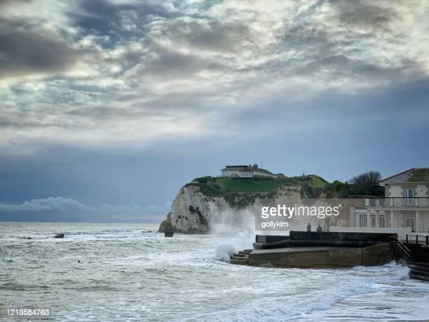 アルビオン ホテル フレッシュウォーター ベイ ワイト - freshwater bay isle of wight ストックフォトと画像