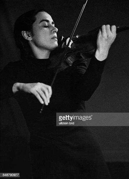 D'Albore Lilia Musician Violinist Italy 1941 Photographer Charlotte Rohrbach Published by 'Die Dame' 25/1941 Vintage property of ullstein bild