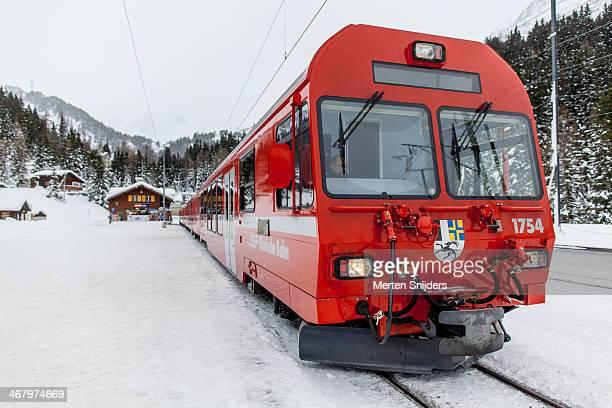 albula railway train platform in preda - merten snijders stockfoto's en -beelden