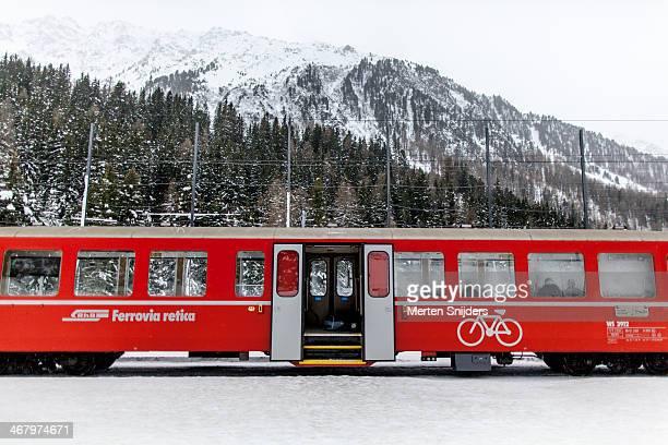 albula railway train with open doors - merten snijders stockfoto's en -beelden