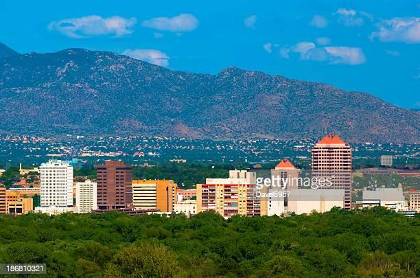 Edificios de la ciudad de Albuquerque y a las montañas.