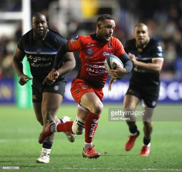 Alby Mathewson of Toulon breaks with the ball during the European Rugby Champions Cup match between RC Toulon and Bath Rugby at Stade Felix Mayol on...