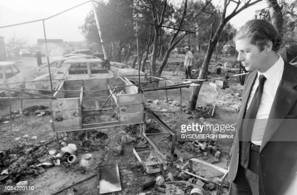 Alcanar Espagne 13 juillet 1978 Olivier STIRN secrétaire d'Etat aux Affaires étrangères s'est rendu sur le lieu de la catastrophe du camping de Los...