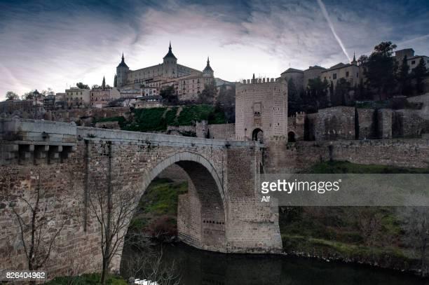 alcantara bridge in toledo, spain - extremadura fotografías e imágenes de stock