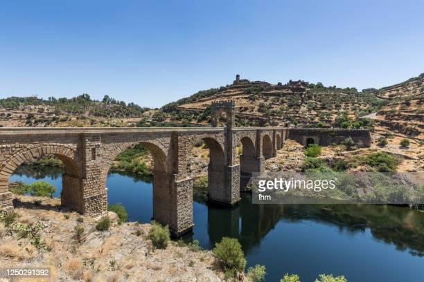 alcántara historic bridge (spain) - extremadura fotografías e imágenes de stock