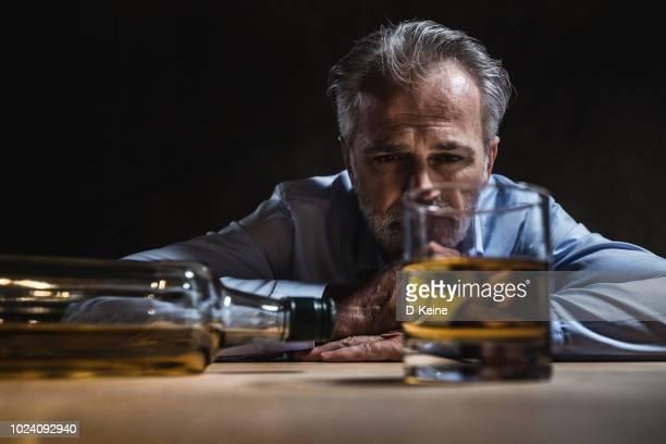 adicción al alcohol - alcoholismo fotografías e imágenes de stock