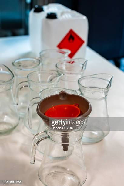 Alcool servant à fabriquer le gel hydro-alcoolique, conditionné dans l'atelier artisanal de la région Auvergne-Rhône-Alpes lors du 18ème jour du...