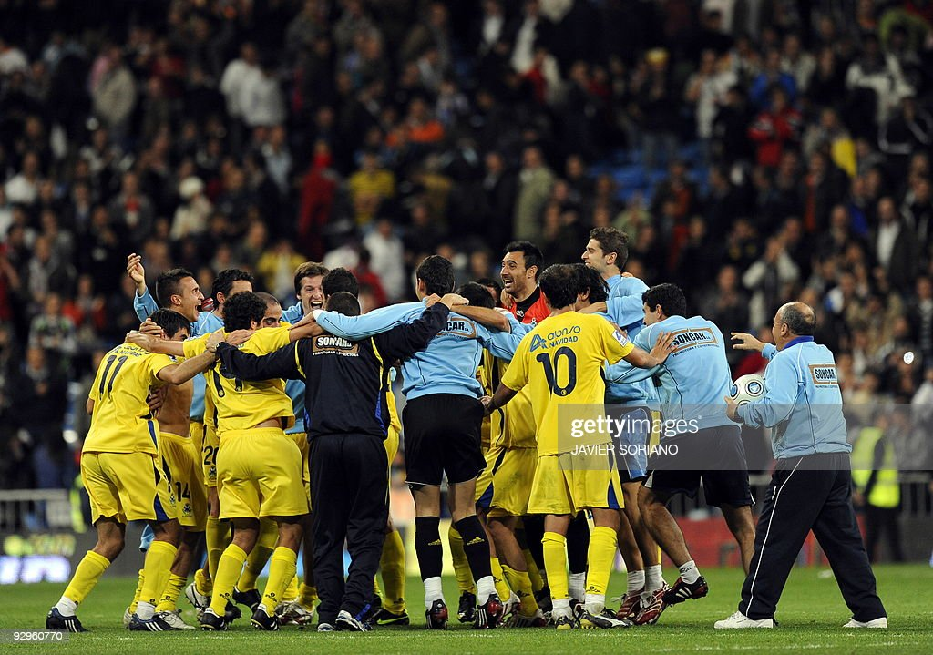Alcorcon players celebrate after their S : News Photo