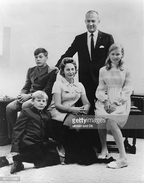 Aldrin Buzz * Astronaut USA mit seiner Ehefrau Joan Archer und denKindern James Michael Janice R Andrew J undatiert