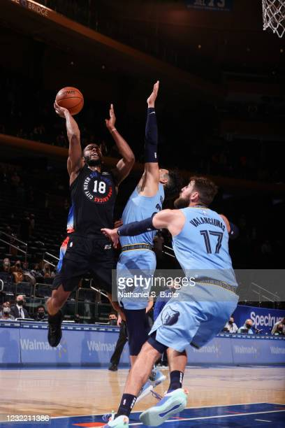 Alec Burks of the New York Knicks shoots the ball during the game against the Memphis Grizzlies on April 9, 2021 at Madison Square Garden in New York...