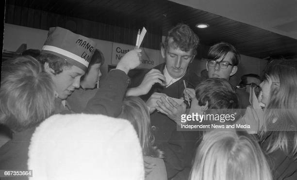 Alec Stepney signing autographs at Dublin Airport after the arrival of the Manchester United Team