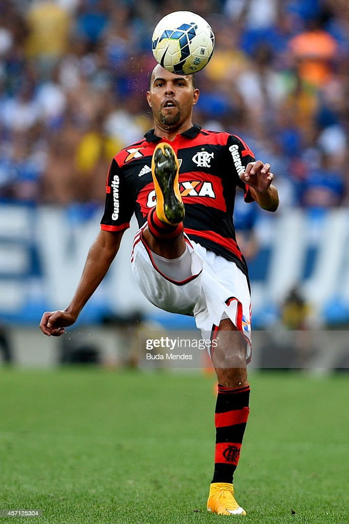 Alecsandro of Flamengo controls the ball during a match between Flamengo and Cruzeiro as part of Brasileirao Series A 2014 at Maracana Stadium on October 12, 2014 in Rio de Janeiro, Brazil.