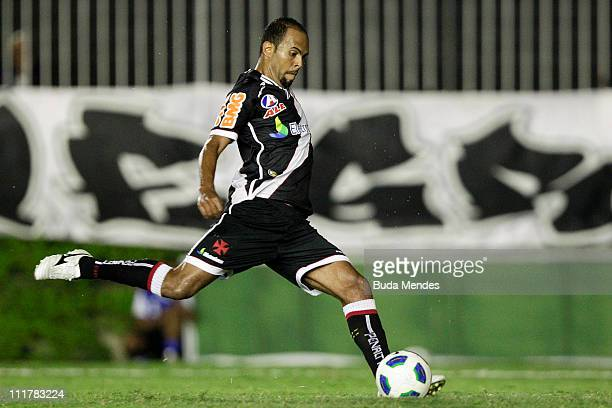 Alecsandro of Vasco struggles for the ball during a match as part of Brazil Cup 2011 at Sao Januario stadium on April 06, 2011 in Rio de Janeiro,...
