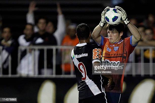 Alecsandro of Vasco struggles for the ball with Renan of Avai during a match as part of Brazil Cup 2011 at Sao Januario stadium on May 18 2011 in Rio...