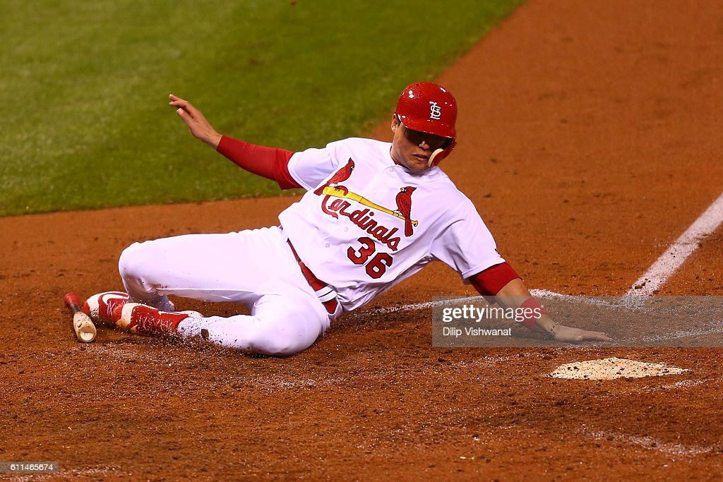 Aledmys Diaz #36 of the St. Louis Cardinals scores a run against the Cincinnati Reds in the fourth inning at Busch Stadium on September 29, 2016 in St. Louis, Missouri.