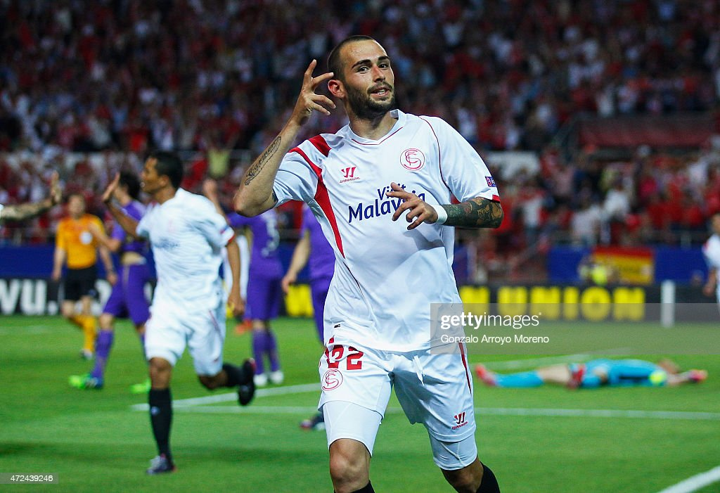 Aleix Vidal of Sevilla celebrates scoring his second goal during the UEFA Europa League Semi Final first leg match between FC Sevilla and ACF Fiorentina at Estadio Ramon Sanchez Pizjuan on May 7, 2015 in Seville, Spain.