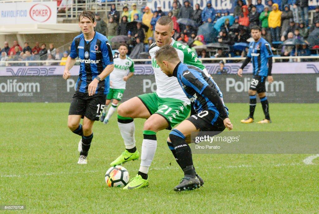 Alejandro Dario Gomez (R) of Atalanta BC competes with Pol Lirola of Us Sassuolo during the Serie A match between Atalanta BC and US Sassuolo at Stadio Atleti Azzurri d'Italia on September 10, 2017 in Bergamo, Italy.