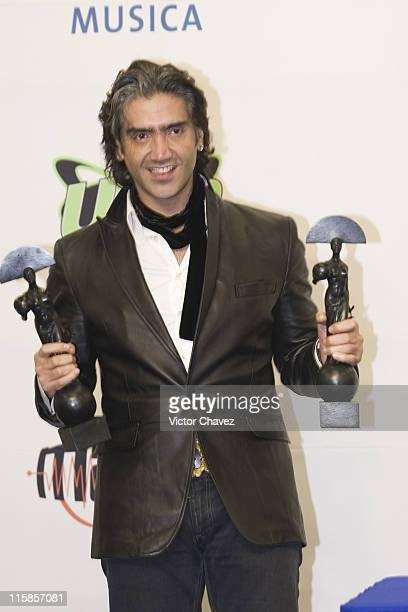 Alejandro Fernandez receive Oye Awards in the categories best male solo and album of the year