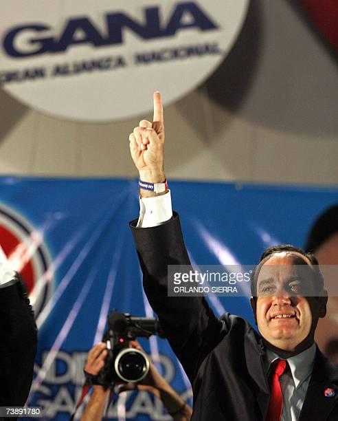 Alejandro Giamattei aplaude al ser proclamado candidato presidencial en la asamblea general de la oficialista Gran Alianza Nacional en Ciudad de...