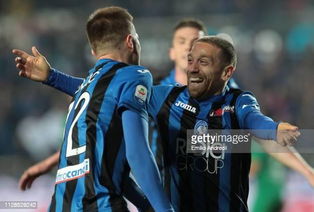 Alejandro Gomez of Atalanta BC celebrates his goal with his teammate Josip Ilicic during the Serie A match between Atalanta BC and ACF Fiorentina at...