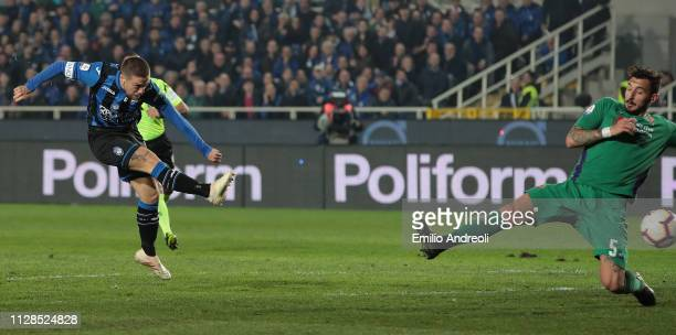 Alejandro Gomez of Atalanta BC scores his goal during the Serie A match between Atalanta BC and ACF Fiorentina at Stadio Atleti Azzurri d'Italia on...