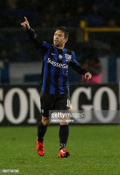 Alejandro Gomez of Atalanta celebrates after scoring the equalizing goal during the Serie A match between Atalanta BC and SS Lazio at Stadio Atleti...
