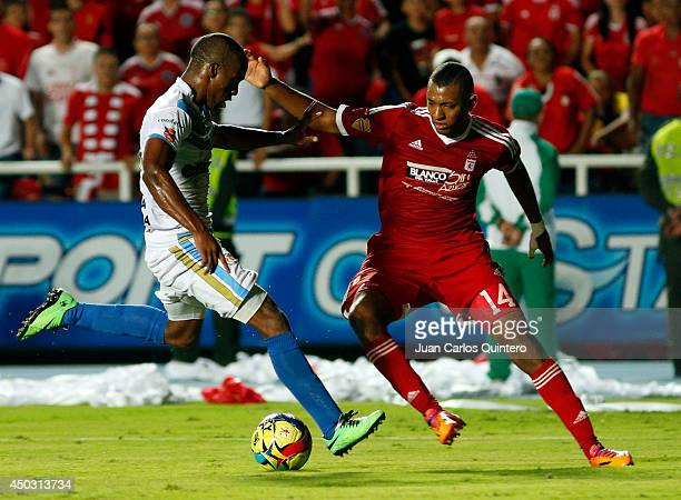 Alejandro Peñaranda of America de Cali fights for the ball with Luis Sánchez of Jaguares during a second leg final match between America de Cali and...