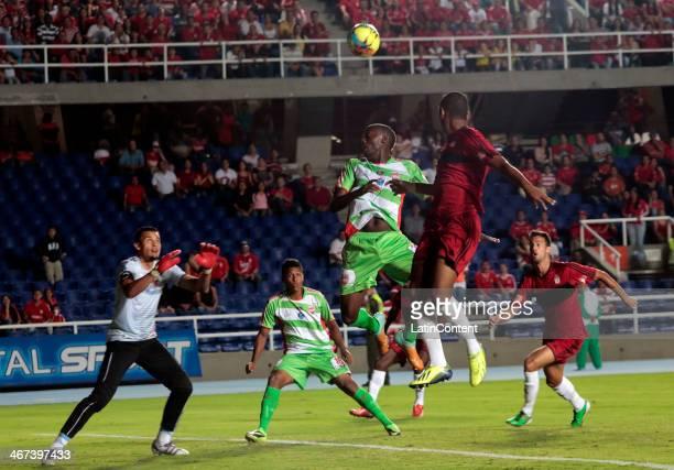 Alejandro Peñaranda of America de Cali struggles for the ball with Sergio Gutierrez of Espreso Rojo during a match between America de Cali and...