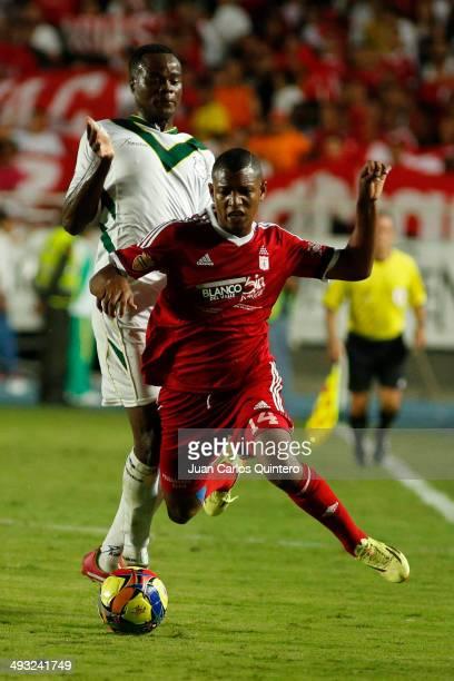 Alejandro Peñaranda of America de Cali tries to evade the covering of Jaine Barrero of Deportes Quindio during a second leg quarter final match...