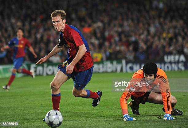 Aleksandr Hleb of Barcelona beats Petr Cech of Chelsea but fails to score during the UEFA Champions League Semi Final First Leg match between...