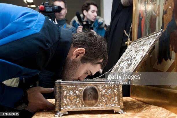 Aleksandr Kerzhakov kisses the Gifts of the Magi