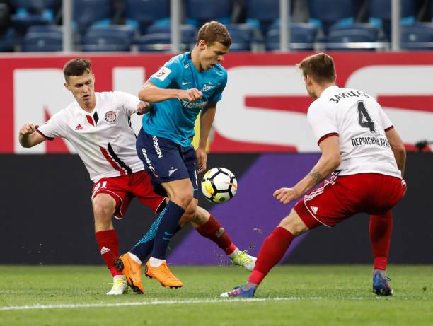 Aleksandr Kokorin (C) of FC Zenit Saint Petersburg vies for the ball with  Aleksandr 6a1f40645985d