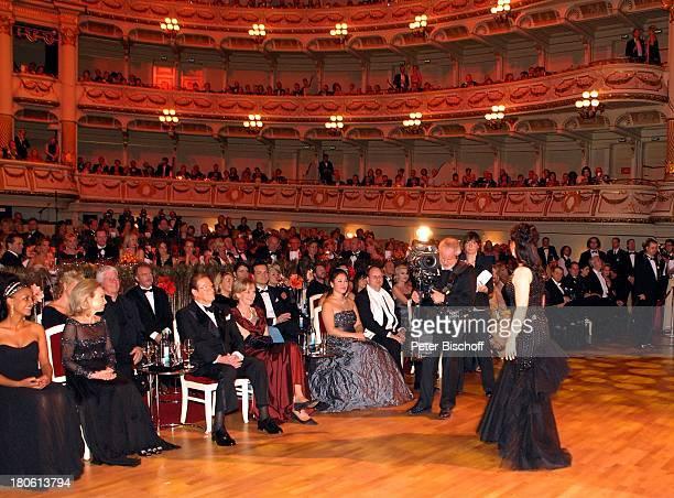 Aleksandra Kurzak singt vor Sir Roger Moore Ehefrau Christina Tholstrup Ulrike Hessler Dennenesch Zoudé dahinter Thomas MStein li daneben Ehefrau...