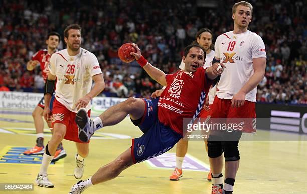 Alem TOSKIC beim Wurf , links Kasper NIELSEN , rechts Rene TOFT HANSEN Handball Männer Europameisterschaft Spiel Finale : Serbien - Dänemark Handball...