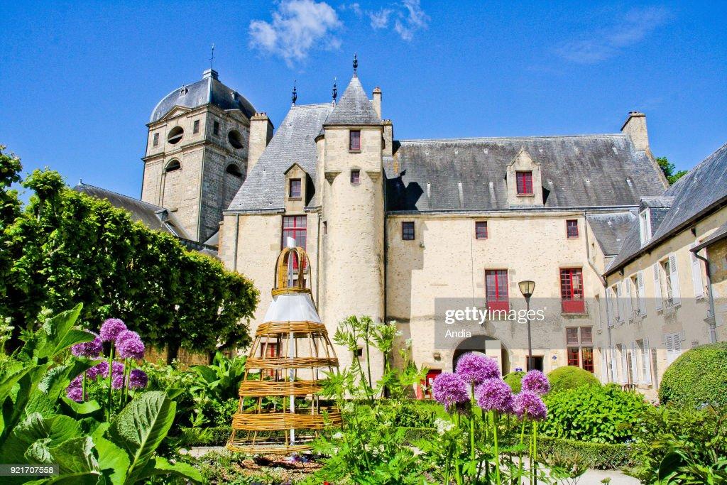 Medieval house 'Maison d'Oze' and Basilica of Notre-Dame d'Alencon. : News Photo