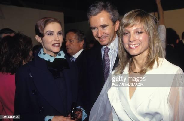 Alessandra Martines, Bernard Arnault et son épouse Hélène Mercier-Arnault lors du défilé Dior en mars 1993 à Paris, France.