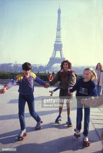 Alessandra Mussolini se detend en patins a roulettes au Trocadero avec la Tour Eiffel a l'arriereplan en janvier 1983 a Paris France