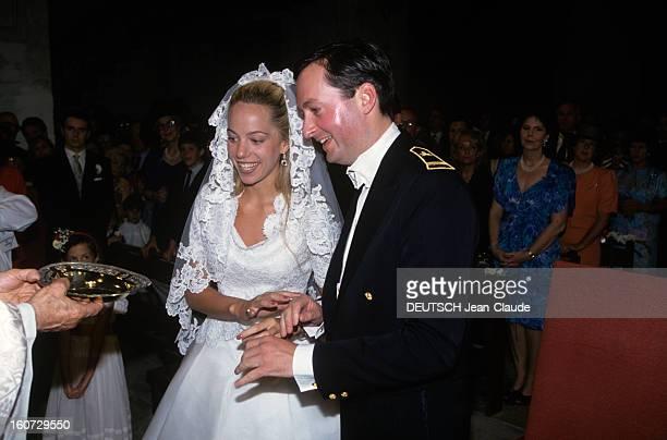 Alessandra Passerin D'entrèves Marries Jacques De Crussol D'uzes A la cathédrale SaintThéodorit d'Uzès le prêtre présentant leurs anneaux de mariage...