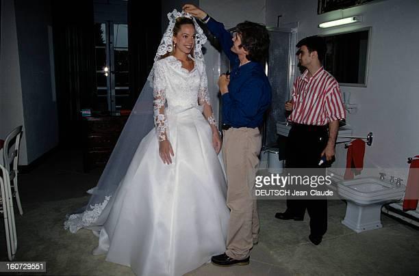 Alessandra Passerin D'entrèves Marries Jacques De Crussol D'uzes A Uzès un coiffeur ajustant le voile de mariée d' ALESSANDRA PASSERIN D'ENTREVES