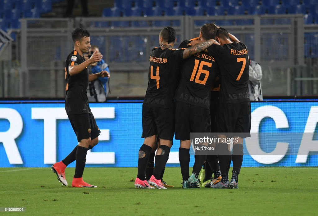 Alessandro Florenzi celebrates with teammates during the Italian Serie A football match between A.S. Roma and F.C. Hellas Verona at the Olympic Stadium in Rome, on september 16, 2017.