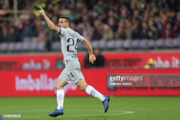 Alessandro Florenzi of AS Roma celebrates after scoring the euqalizer during the Serie A match between ACF Fiorentina and AS Roma at Stadio Artemio...