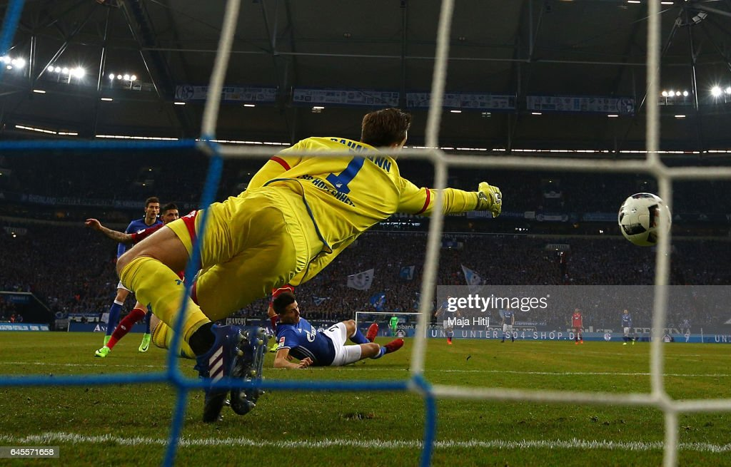 Alessandro Schoepf of Schalke iscores his goal during the Bundesliga match between FC Schalke 04 and TSG 1899 Hoffenheim at Veltins-Arena on February 26, 2017 in Gelsenkirchen, Germany.