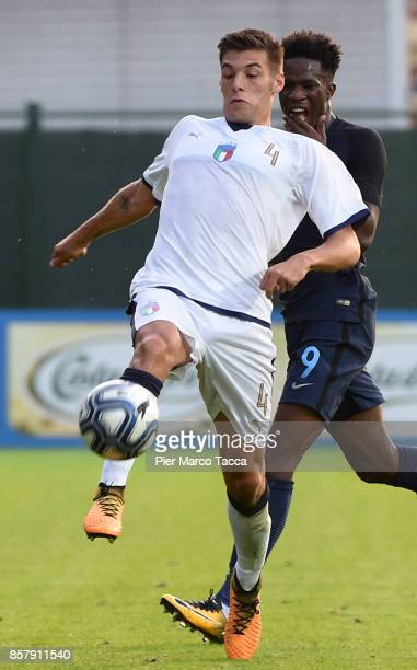 Alessandro Vogliacco of Italy U20 competes for the ball with Ike Ugbo of England U20 during the 8 Nations Tournament match between Italy U20 and...