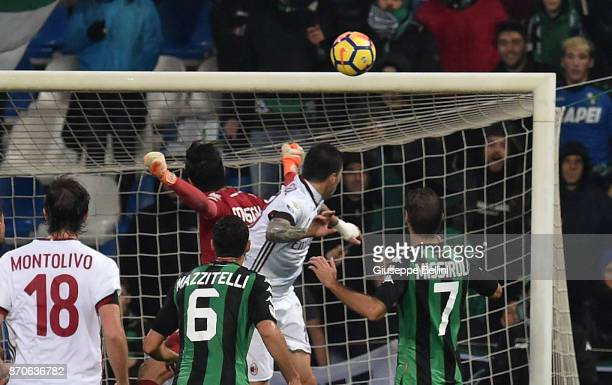 Alessio Romagnoli of AC Milan scoring the opening goal during the Serie A match between US Sassuolo and AC Milan at Mapei Stadium Citta' del...