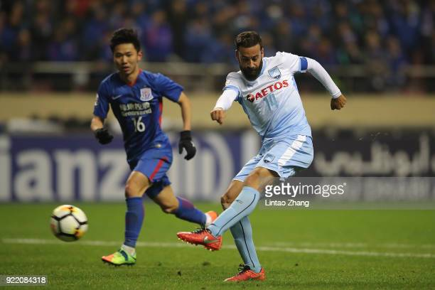 Alex Brosque Sydney FC competes the ball with Li Yunqiu of Shanghai Shenhua FC during the AFC Champions League Group H match between Shanghai Shenhua...