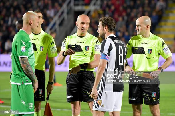 Alex Cordaz of Crotone and Claudio Marchisio of Juventus in action during the serie A match between FC Crotone and Juventus at Stadio Comunale Ezio...
