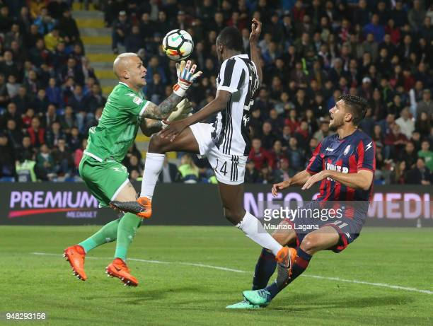 Alex Cordaz of Crotone competes for the ball with Blaise Matuidi of Juvnetus during the serie A match between FC Crotone and Juventus at Stadio...