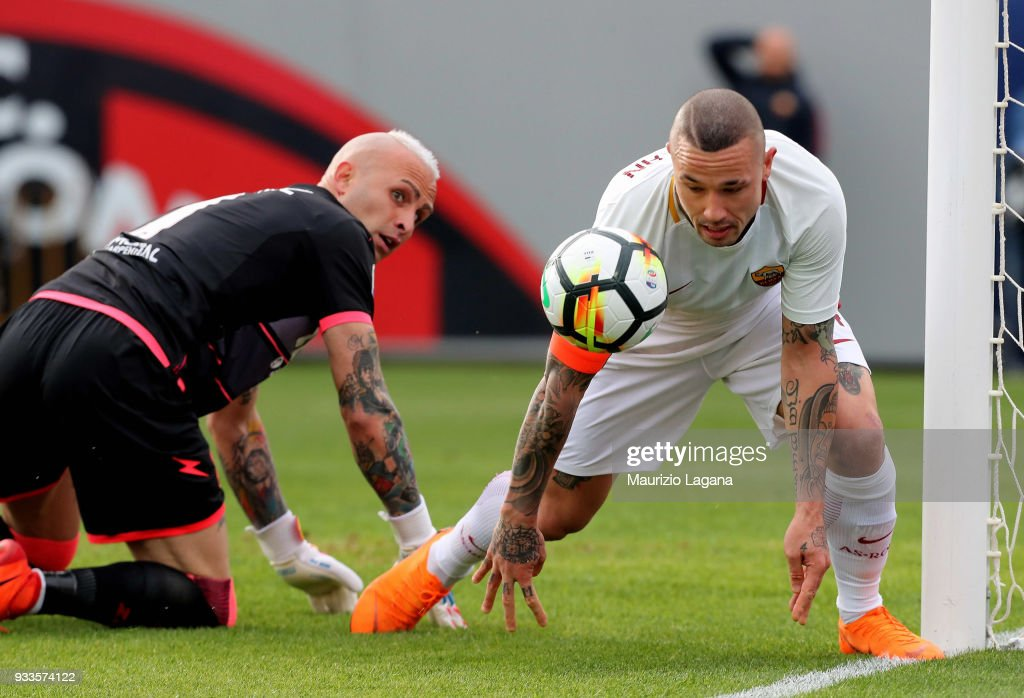 Alex Cordaz of Crotone competes for the ball with Radja Nainggolan of Roma during the serie A match between FC Crotone and AS Roma at Stadio Comunale Ezio Scida on March 18, 2018 in Crotone, Italy.