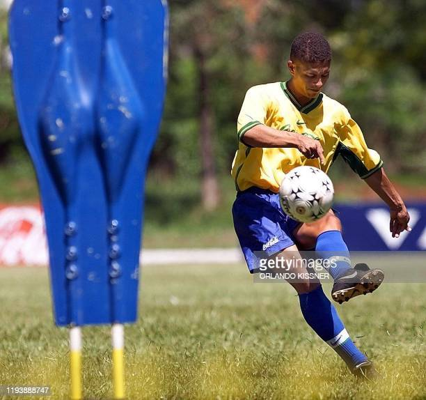 Alex, forward of the Brazilian less-than-23 soccer national selection, practices free kicks during team training 21 January 2000 in Londrina,...