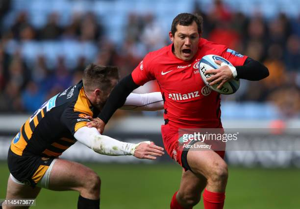 Alex Goode of Saracens beats a challenge from Elliot Daly of Wasps during the Gallagher Premiership Rugby match between Wasps and Saracens at Ricoh...
